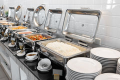 Τρόφιμα στον πίνακα μπουφέδων με το dishware στοκ εικόνα με δικαίωμα ελεύθερης χρήσης