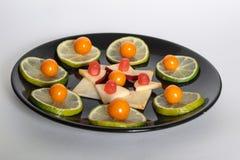 Τρόφιμα στο πιάτο, νωποί καρποί Στοκ Εικόνες