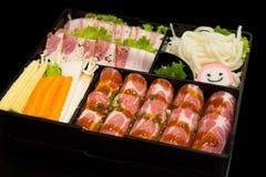 Τρόφιμα της Κορέας στο εστιατόριο, το φρέσκο τεμαχισμένο σύνολο χοιρινού κρέατος και το μικτό λαχανικό που τίθενται στο μαύρο υπό Στοκ Εικόνες