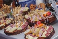 Τρόφιμα τομέα εστιάσεως με τη διακόσμηση κατά τη διάρκεια του εορτασμού και της υποδοχής Στοκ Φωτογραφία