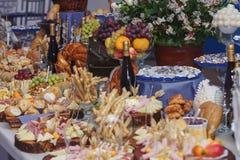 Τρόφιμα τομέα εστιάσεως με τη διακόσμηση κατά τη διάρκεια του εορτασμού και της υποδοχής στοκ εικόνες