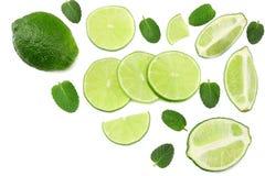 τρόφιμα υγιή ασβέστης με τα φύλλα μεντών που απομονώνονται στην άσπρη τοπ άποψη υποβάθρου στοκ εικόνες