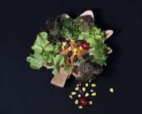 τρόφιμα υγιή Καθαρά τρόφιμα, φρέσκια πράσινη σαλάτα στο μαύρο υπόβαθρο Στοκ Εικόνα