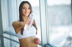 τρόφιμα υγιή Νερό Detox λεμονιών κατανάλωσης γυναικών κατανάλωση υγιής Στοκ φωτογραφία με δικαίωμα ελεύθερης χρήσης