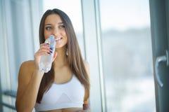τρόφιμα υγιή Νερό Detox λεμονιών κατανάλωσης γυναικών κατανάλωση υγιής Στοκ Εικόνα
