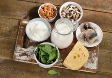 Τρόφιμα υψηλότερα στο ασβέστιο σε έναν αγροτικό ξύλινο πίνακα στοκ εικόνες