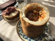 Τρόφιμα φασολιών στο ψωμί με το κρεμμύδι Στοκ φωτογραφία με δικαίωμα ελεύθερης χρήσης