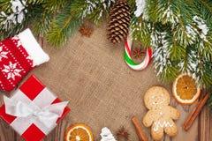 Τρόφιμα Χριστουγέννων, ντεκόρ και κιβώτιο δώρων με το υπόβαθρο δέντρων έλατου χιονιού στοκ εικόνα