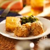 Τρόφιμα ψυχής - τηγανισμένο κοτόπουλο με τα πράσινα λάχανων και το ψωμί καλαμποκιού Στοκ Εικόνες
