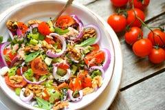 Τρόφιμα Detox με τη χορτοφάγο, ακατέργαστη σαλάτα με την ντομάτα και τα ξύλα καρυδιάς στοκ φωτογραφία με δικαίωμα ελεύθερης χρήσης