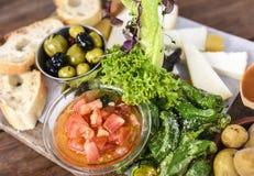 Τρόφιμα Itional των Κανάριων νησιών: Ντομάτες, pepers, ελιές, σαλάτα, τυρί, ψωμί και πατάτες, Κανάρια νησιά στοκ φωτογραφία