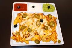 Τρόφιμα Nachos στο μαύρο υπόβαθρο Μεξικάνικα nachos με το κοτόπουλο Στοκ Εικόνες