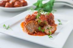 Τρόφιμα Vegan στο πιάτο με τα χορτάρια Στοκ εικόνα με δικαίωμα ελεύθερης χρήσης