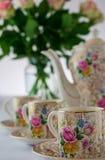 Τρύγος, αντίκα, φλυτζάνια καφέ Crownford Burslem Κίνα demitasse και δοχείο καφέ, με το ροδαλό σχέδιο στοκ εικόνα με δικαίωμα ελεύθερης χρήσης