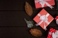 Τρύγος κιβωτίων δώρων Χριστουγέννων στο σκοτεινό ξύλινο υπόβαθρο, αγροτικό για Στοκ Εικόνες