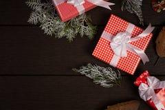 Τρύγος κιβωτίων δώρων Χριστουγέννων στο σκοτεινό ξύλινο υπόβαθρο, αγροτικό για Στοκ Φωτογραφίες