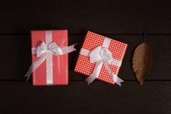 Τρύγος κιβωτίων δώρων Χριστουγέννων στο σκοτεινό ξύλινο υπόβαθρο, αγροτικό για Στοκ φωτογραφίες με δικαίωμα ελεύθερης χρήσης