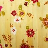Τρύγος λουλουδιών από το ύφασμα στον ξύλινο τοίχο Στοκ φωτογραφία με δικαίωμα ελεύθερης χρήσης