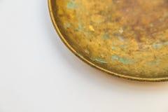 Τρύγος που μετρά τις κλίμακες κουζινών με τα φλυτζάνια ορείχαλκου Στοκ εικόνα με δικαίωμα ελεύθερης χρήσης
