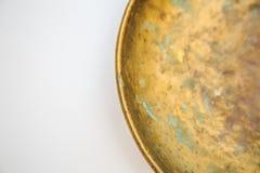 Τρύγος που μετρά τις κλίμακες κουζινών με τα φλυτζάνια ορείχαλκου Στοκ φωτογραφία με δικαίωμα ελεύθερης χρήσης