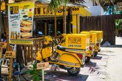 Τρύγος που φαίνεται κίτρινα ποδήλατα παράδοσης αμαξιών Στοκ εικόνες με δικαίωμα ελεύθερης χρήσης