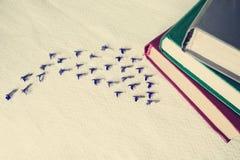 Τρύγος - σωρός των βιβλίων στον άσπρο ιστό και τα μικρά μπλε λουλούδια Στοκ φωτογραφία με δικαίωμα ελεύθερης χρήσης