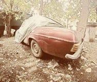 Τρύγος του αυτοκινήτου απορρίματος σε ένα κατώφλι Στοκ εικόνα με δικαίωμα ελεύθερης χρήσης