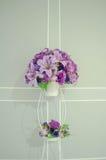 Τρύγος του πορφυρού βάζου λουλουδιών με ένα γκρίζο υπόβαθρο Στοκ εικόνες με δικαίωμα ελεύθερης χρήσης