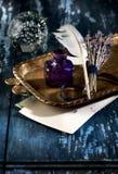 Τρύγος inkwell και φτερό quil penl Στοκ εικόνα με δικαίωμα ελεύθερης χρήσης