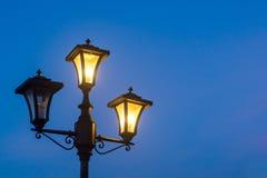Τρύγος lamppost τη νύχτα, απομονωμένος Στοκ Εικόνες