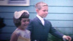 (τρύγος 8mm) 1966 ντυμένα επάνω παιδιά που πηγαίνουν στην εκκλησία απόθεμα βίντεο