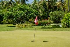 Τρύπα αριθμός 3 με τη κόκκινη σημαία στο μίνι τομέα γκολφ Στοκ Εικόνα