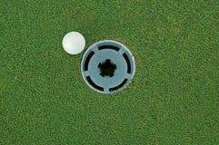 τρύπα γκολφ σφαιρών Στοκ φωτογραφίες με δικαίωμα ελεύθερης χρήσης
