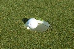 Τρύπα γκολφ σφαιρών γκολφ goin Στοκ Φωτογραφία