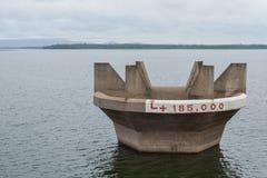 Τρύπα νερού στο ΦΡΑΓΜΑ και το νεφελώδη ουρανό Στοκ Εικόνα
