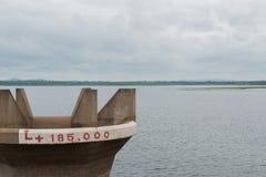 Τρύπα νερού στο ΦΡΑΓΜΑ και το νεφελώδη ουρανό Στοκ Εικόνες