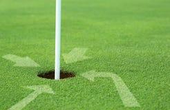 τρύπα οδηγιών γκολφ βοήθ&epsilo Στοκ φωτογραφία με δικαίωμα ελεύθερης χρήσης