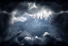 Τρύπα στα δραματικά σύννεφα Στοκ φωτογραφία με δικαίωμα ελεύθερης χρήσης