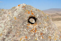 Τρύπα στη μεγάλη πέτρα Karahunj _ στοκ εικόνα με δικαίωμα ελεύθερης χρήσης