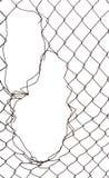 Τρύπα στη μεταλλική πύλη, σχισμένη αλυσίδα που απομονώνεται στο λευκό στοκ εικόνες