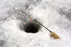 Τρύπα στον πάγο, ένας κοντός πόλος για την αλιεία πάγου, πολύχρωμη, YE Στοκ εικόνα με δικαίωμα ελεύθερης χρήσης