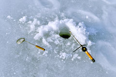 Τρύπα στον πάγο και ράβδος αλιείας στην αλιεία πάγου Στοκ εικόνες με δικαίωμα ελεύθερης χρήσης