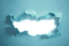 Τρύπα στο μπλε έγγραφο, αφηρημένο υπόβαθρο στοκ εικόνες