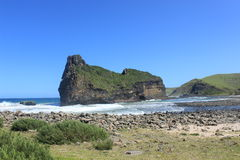 Τρύπα στο νησί τοίχων κατά μήκος της άγριας ακτής στη Νότια Αφρική, αφρικανικό υπόβαθρο ταξιδιού με σκοπό τις διακοπές στοκ φωτογραφία