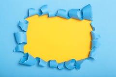 Τρύπα στο χρωματισμένο χαρτόνι, κενό διάστημα για τη διαφήμιση του κειμένου στο σχισμένο έγγραφο, σύσταση υποβάθρου στοκ εικόνες με δικαίωμα ελεύθερης χρήσης
