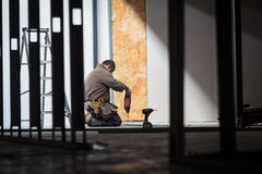 Τρύπα τρυπανιών οικοδόμων στο εργοτάξιο οικοδομής Στοκ εικόνα με δικαίωμα ελεύθερης χρήσης
