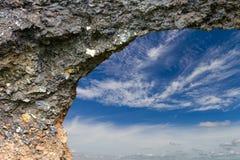 Τρύπες κάτω από το δρόμο που διαβρώνεται με τα σύννεφα των ουρανών Στοκ Φωτογραφία