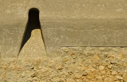 Τρύπες πυροβολισμού από τον παλαιό τοίχο της ακρόπολης Ρουμανία Brasov στοκ εικόνες