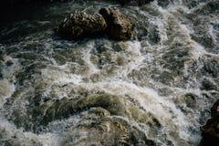 Τρύπημα ενός ποταμού βουνών στα ορμητικά σημεία ποταμού, αφρισμένο νερό, ψεκασμός, ροή ποταμών Στοκ Εικόνες