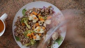 Τρώγοντας τα καλυπτόμενα από ρείκια τρόφιμα, εύγευστη τοπ άποψη γεύματος γευμάτων timelapse άνωθεν απόθεμα βίντεο